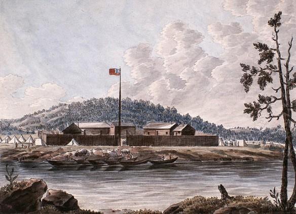 Aquarelle sur papier vélin illustrant un fort entouré de tentes près de la rive. On voit plusieurs canots à quai et un drapeau Union Jack flotte à l'extrémité d'un grand mât.