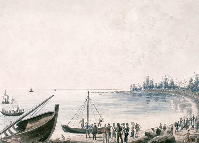 Aquarelle sur papier vélin illustrant, au premier plan à gauche, sur la rive, la proue d'un navire naufragé. Sur la plage, plusieurs personnes travaillent ou conversent debout.
